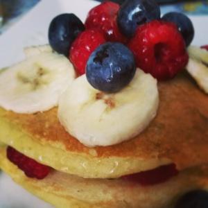 Pancakes di avena con frutti rossi